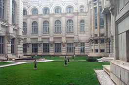 curtea interioara a palatului parlamentului va fi transformata in loc pentru fumatori