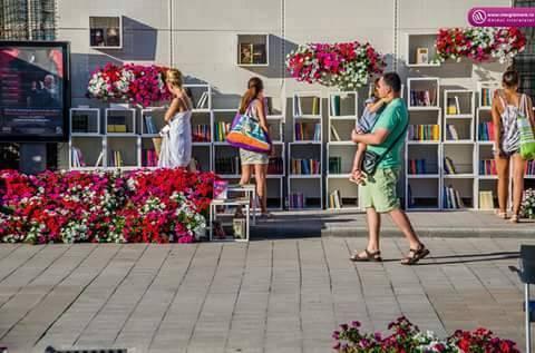 biblioteca colorata in aer liber