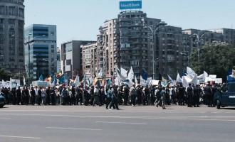 Note de la un miting de protest contra premierului urmărit penal