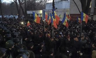 Proteste violente la Chişinău după votul Parlamentului în favoarea Guvernului Pavel Filip !