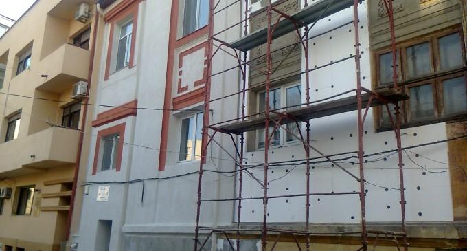 Clădire istorică aproape distrusă – Primăria a închis şantierul fără autorizaţie !