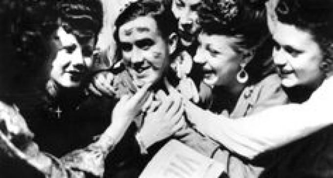 Celebrul sărut din Times Square- simbol al speranţei, cu protagonişti încă necunoscuţi