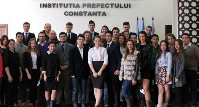 Tinerii din Constanța cer revocarea ministrului transporturilor pentru încălcarea legii educației