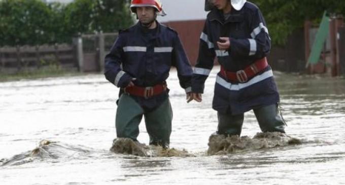 Pompierii militari salvează Constanţa de sub ape, aflată în voia capriciilor vremii…