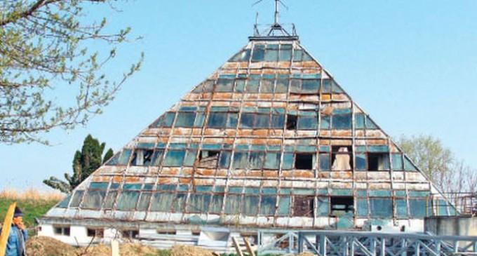 Copia fidelă a Piramidei lui Keops zace în uitare aproape de Piteşti