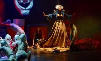 Artă pe scena TNB: o actriţă îşi dă jos chiloţii pe sub fustă şi primeşte curele la poponeaţă