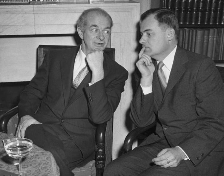 Pauling_and_Robbins_1954