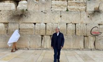 Mustăciosul varsă lacrimi şi vorbeşte singur la Zidul Plângerii