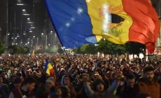 Val de proteste în Bucureşti şi Sibiu, acolo unde sute de oameni au mărşăluit în ploaie împotriva corupției