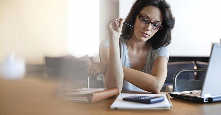Femeie Stresata si Depasita de situatia Financiara