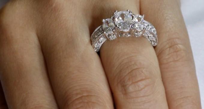 Inelul de argint, una dintre cele mai îndrăgite bijuterii pentru femei din toate timpurile