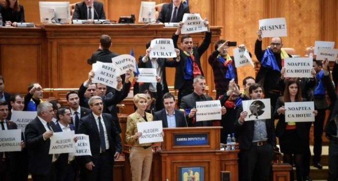 Aplauze şi FLUIERĂTURI în Parlament