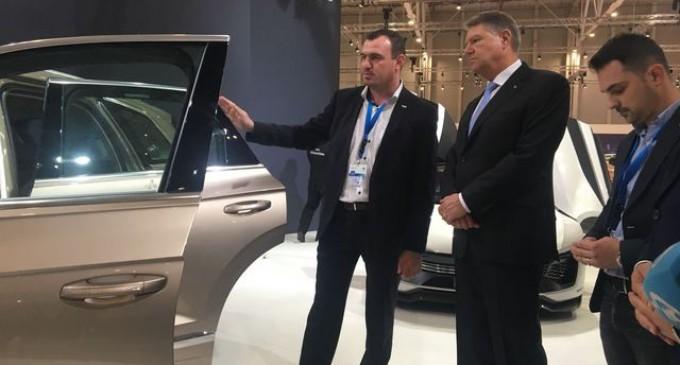 Iohannis, la SIAB 2018: S-a urcat în trei automobile şi nu a ratat ocazia de a ironiza guvernul din cauza infrastructurii