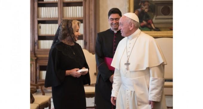 Cadouri neobişnuite daruite Papei Francisc de premierul Dăncilă: castravete amar Rodeo, castravete cu ţepi Tempus, ardei iute lung Decebal şi alte 4 soiuri de legume