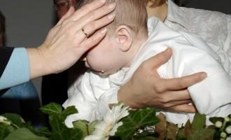 Alegerea hăinuțelor pentru botez, o provocare pentru mămică și nășică
