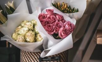 Femeile independente isi cumpara singure flori