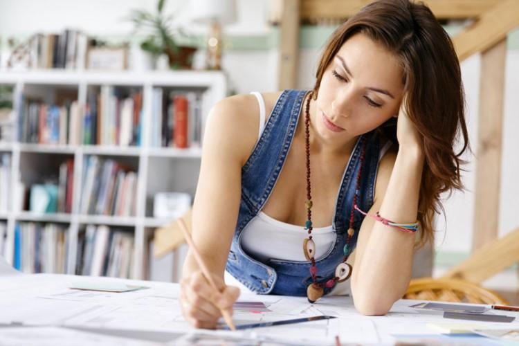 femeie studiaza cupe menstruale