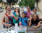 Cinci copii vând fructe proaspete şi sucuri naturale lângă bloc