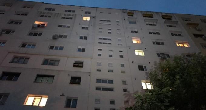 Un copil de doi ani a murit după ce a căzut de la etajul nouă al unui bloc
