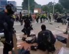VIDEO Noi confruntări între protestatari și poliție la Hong Kong: Cocktailuri Molotov versus gaze lacrimogene, gloanțe de cauciuc și tunuri cu apă – International