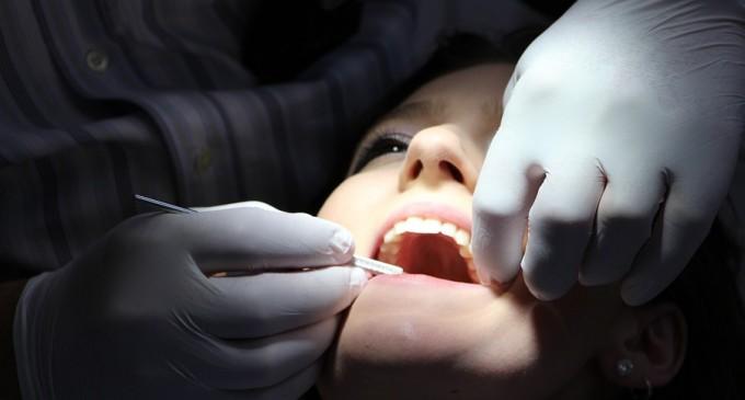 Un igienist dentar de origine română din Canada şi-a pierdut licența pentru că şi-a tratat soția – Diaspora
