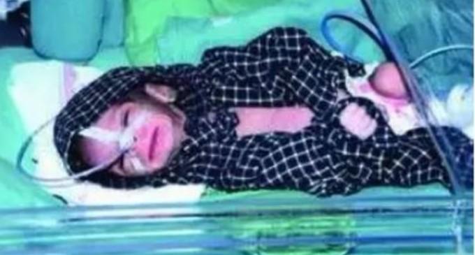 Caz incredibil în India: Un bărbat ce săpa un mormânt pentru fiica lui, care murise imediat după naștere, a găsit un vas cu o fetiță nou-născută îngropată de vie – International