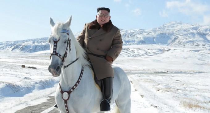 Dictatorul Kim Jong Un, călare pe calul alb, urcând cel mai înalt munte din Coreea de Nord. Ce ar putea însemna noul exercițiu de imagine pentru relația cu SUA – Esential