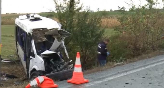 Accident grav în Ialomița, după ce un TIR a intrat într-un microbuz: 10 oameni au murit, șapte sunt răniți – Esential