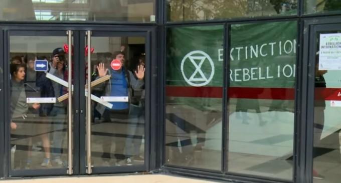 VIDEO Activişti ai mişcării ecologiste Extinction Rebellion au ocupat un mall din Paris – International