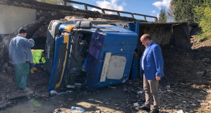 Un pod din județul Suceava s-a surpat în timp ce era traversat de un camion – Esential