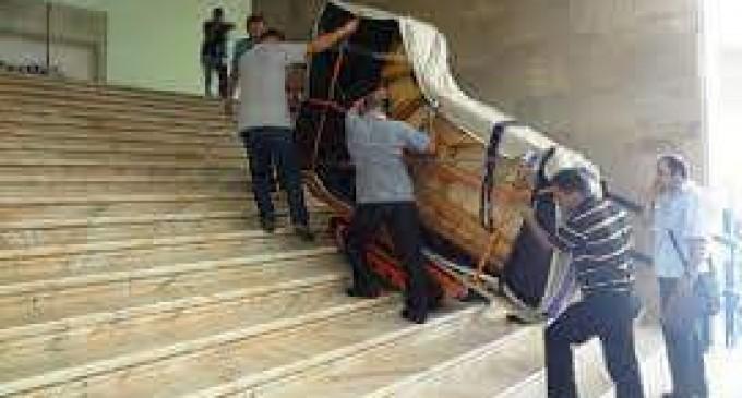 """""""Uşor cu pianul pe scări!"""""""