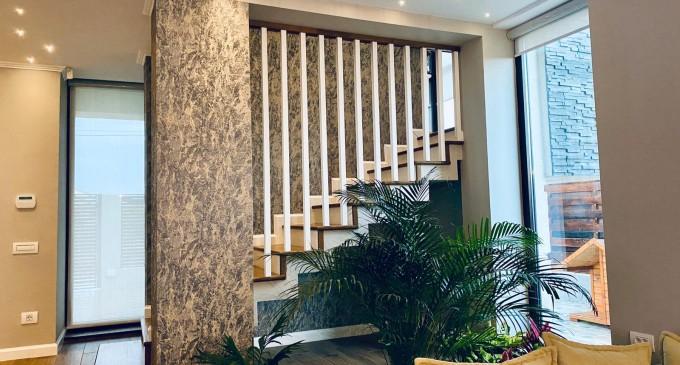 Scari din lemn masiv pentru interiorul caselor cu etaj