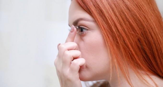 Cum sa folosesti in siguranta lentilele de contact, solutiile multifunctionale si picaturile de ochi