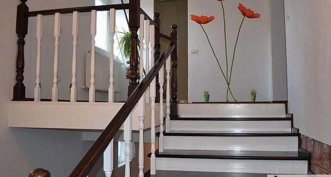 Pentru casele cu etaj sau mansarda recomandam scarile interioare din lemn
