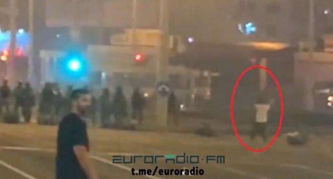 VIDEO Belarus: Imagini cu primul protestatar care ar fi fost împușcat mortal de poliție/ Oamenii protestează în fața televiziunii publice, acuzând manipularea – Esential