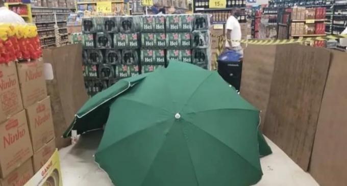 Imagini tulburătoare într-un supermaket din Brazilia. Un bărbat a murit în Carrefour, dar magazinul l-a acoperit cu umbrele și l-a lăsat acolo în timp ce magazinul a rămas deschis – International