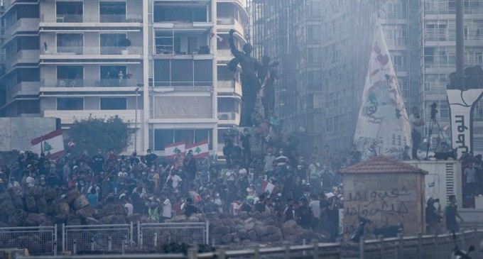 VIDEO Proteste violente la Beirut, împotriva clasei politice, după explozia devastatoare de marți. Peste 110 răniți, un polițist ucis – International