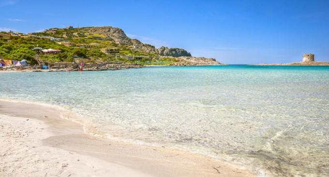 Sfârșit nefericit de concediu: Un turist a fost amendat cu 1.000 de euro pentru furt de nisip de pe o plajă din Italia – International