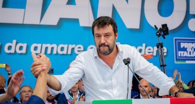 VIDEO Italia: Matteo Salvini, atacat în timpul unui miting electoral de către o tânără de culoare – International