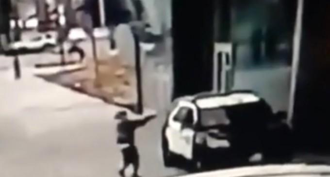 """VIDEO Doi polițiști din Los Angeles, în stare gravă după ce au fost împuscați în mașină / Protestatari adunați în fața spitalului au scandat """"Sperăm să moară"""" – International"""