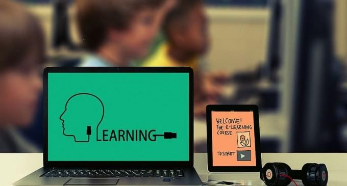Părinții vor putea primi zile libere plătite pentru perioada în care copiii lor învăță online – Educatie