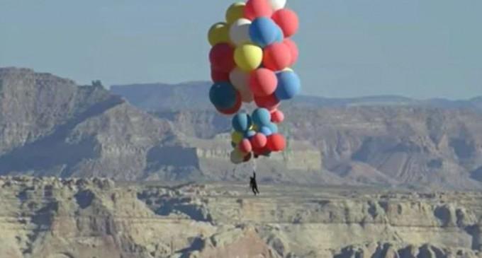 VIDEO Ultima cascadorie a lui David Blaine / Iluzionistul a zburat la o altitudine de 7.500 de metri ținându-se de un mănunchi de baloane colorate – Showbiz