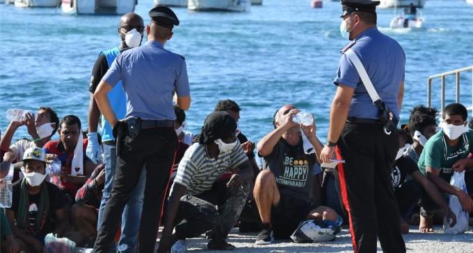 """Italia: Sute de migranți sunt lăsați liberi să străbata țara fără niciun control / """"Atâta efort degeaba"""" – International"""