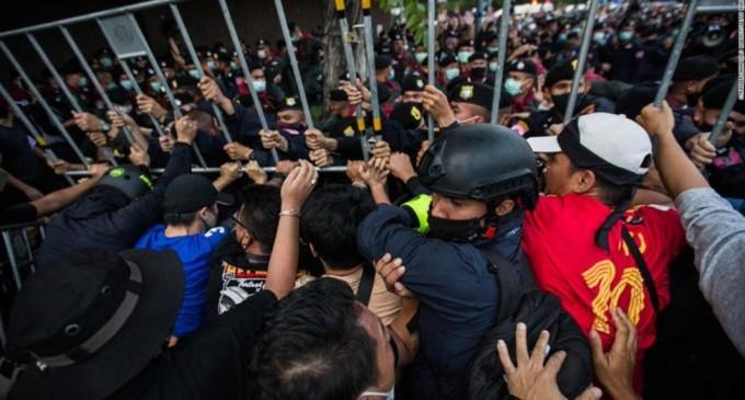 VIDEO Salutul din Hunger Games, preluat de manifestanții pro-democrație din Thailanda, care au blocat convoiul regelui. Protestele au fost interzise – Esential