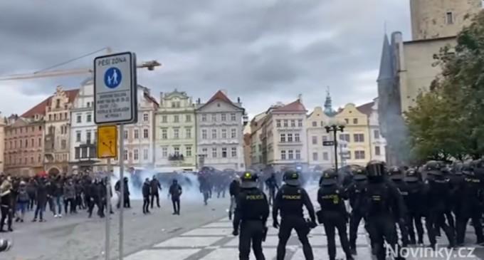 VIDEO Cehia: Protest împotriva măsurilor antiepidemice, la Praga. Poliţia a folosit la gaze lacrimogene şi tunuri cu apă – International