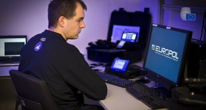 Percheziții Europol în mai multe țări europene pentru combaterea postărilor care incită la ură și violență – International