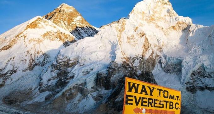 Urme de microplastice, descoperite în apropierea vârfului Muntelui Everest – Mediu