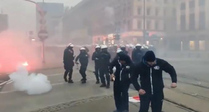 VIDEO Ciocniri între poliție și extremiștii de dreapta în Varșovia / Polițiștii au folosit gloanțe de cauciuc, după ce protestatarii au aruncat cu pietre și petarde – International