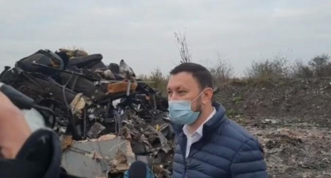 VIDEO Noi descinderi la Sintești, unde au loc arderi ilegale de deșeuri. Ministrul Mediului, în control și el, alături de televiziuni: Aceste incendii, una dintre cauzele poluării – Esential