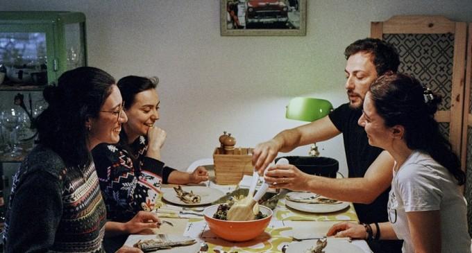 Crăciun în pandemie. Românii se orientează spre cadouri mai ieftine și renunță la planurile de călătorie, convinși că restricțiile se vor înăspri – Finante & Banci